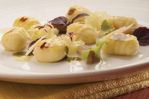 Gnocchetti di patate arrostiti, grana padano Fattorie Cremona, verze e castagne