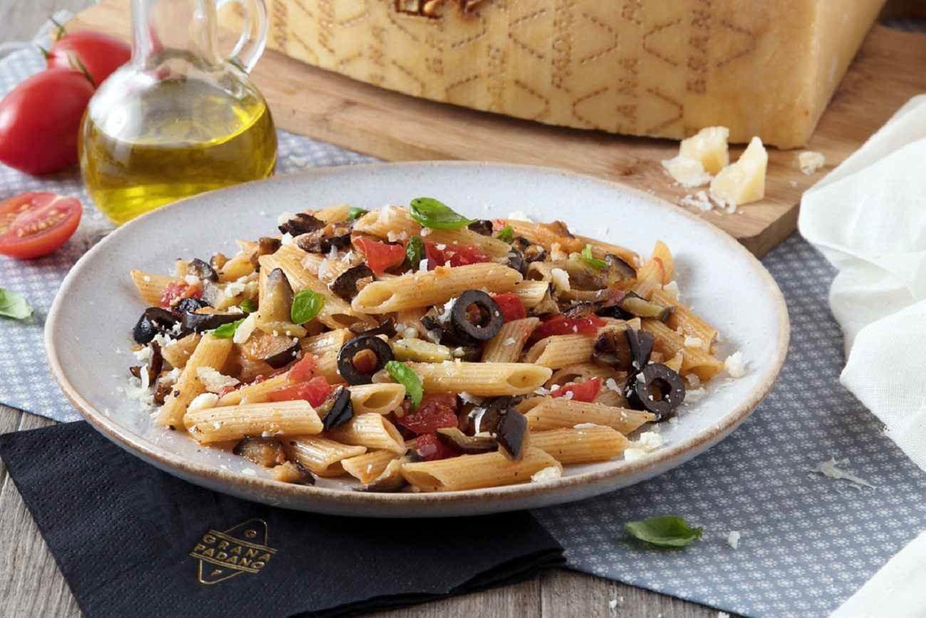 Penne con melanzane, olive nere, pomodoro fresco, basilico e grana padano Fattorie Cremona